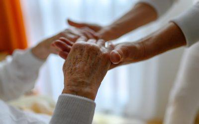 Geriatrie-Haende-aelterer-Mensch-und-Pfleger
